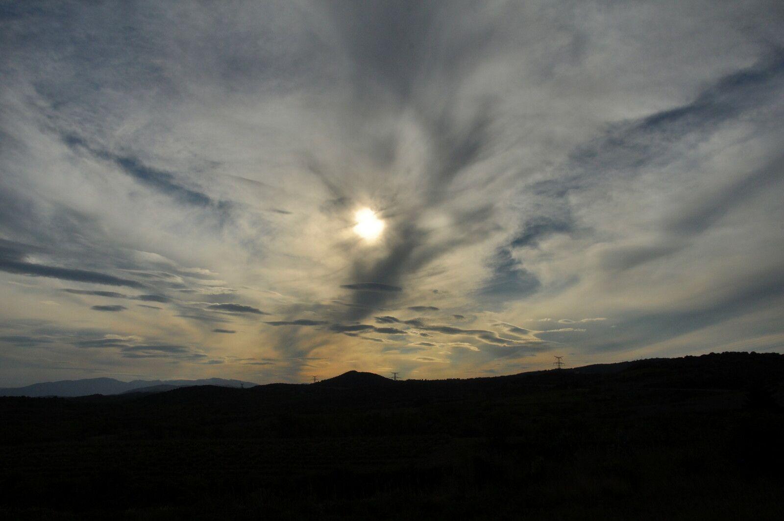 Sur la route du col de la Bataille entre Millas et Montner. Un très beau ciel qui ne restera pas beau après, les nuages gagnent.