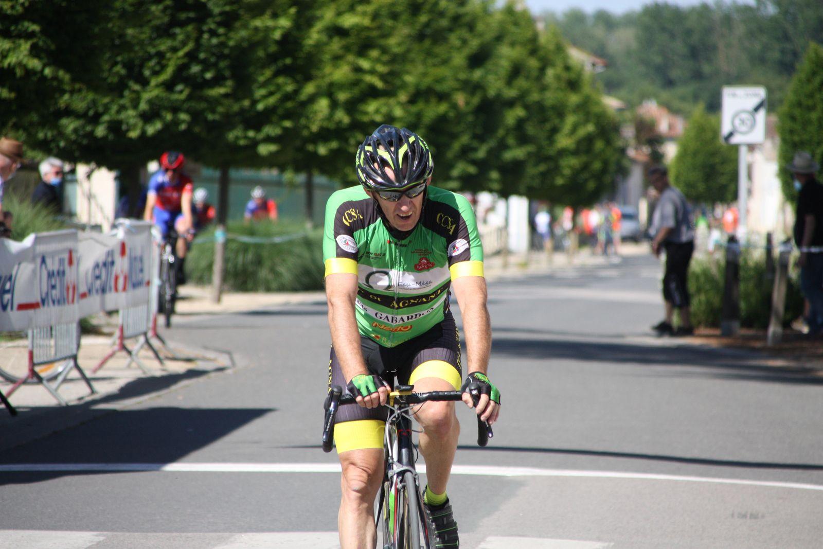 L'arrivée  et  la  victoire  pour  le  non-licencié  devant  celui  du  Cycle Chef-Boutonne, 3e  Chris  MULLER(CC  St  Agnant)