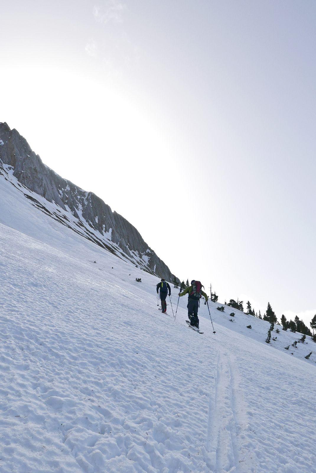 Remontée du cône d'avalanche donnant accés aux deux goulottes de gauche. Attention toute cette face est très avalancheuse.