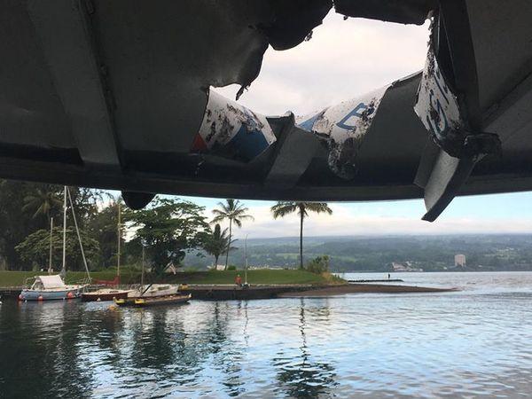 Kilauea zone de rift Est - Dégâts matériels au bateau d'excursion suite à l'explosion lors de l'entrée de la lave en mer le 16.07.2018 vers 6 h - photos Hot Seat Hawaii et Hawaii County Civil Defense Agency - un clic pour agrandir