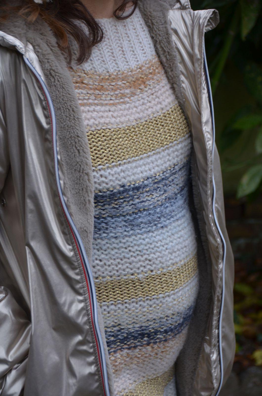 Veste dorée kway Jacote avec un pull rayé brillant
