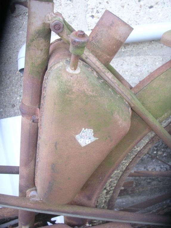 Motobécane AV 3 du 1954 Année : ( ? ) N° Cadre : ( ? ) N° Moteur : 33..... Carburateur : ( ? ) Jantes : ( ? )