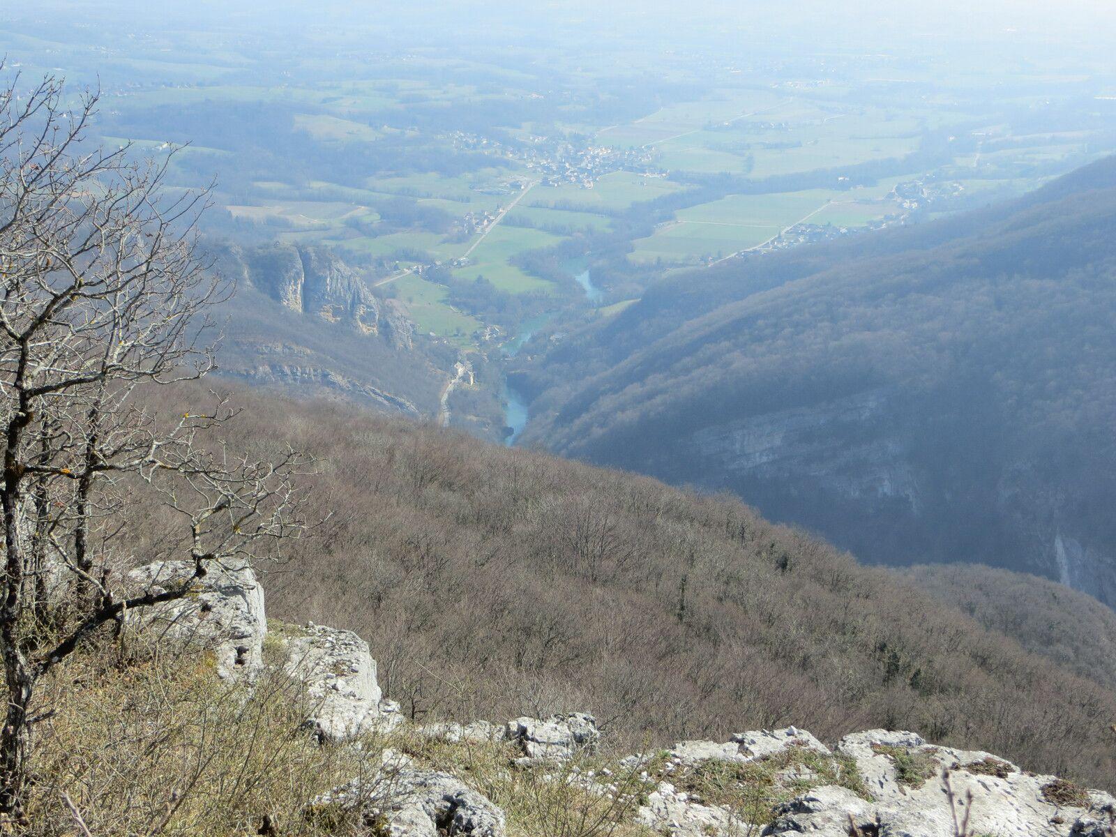 Vue Sud sur les gorges du Fier et le village de Lornay