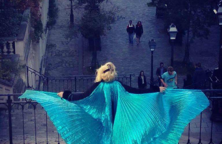FNAC Veronica Antonelli célèbre l'éphémère, artiste incontournable à Montmartre entre opéra et danse serpentine #LoieFuller