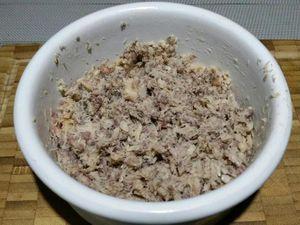 1 - Egoutter les sardines. Si vous avez opté pour des sardines entières, ne pas oublier de retirer l'arrête centrale. Ecraser les sardines en purée avec 50 gr de fromage St Môret. Ajouter la ciboulette ciselée, saler, poivrer et bien mélanger. Réserver.