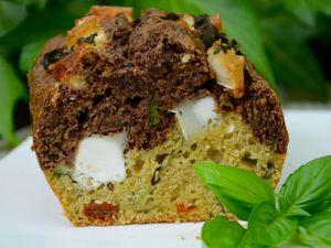 Cake aux deux tapenades, chèvre et basilic