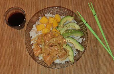 Poke Bowl au saumon mariné, avocat, mangue, miel et sésame