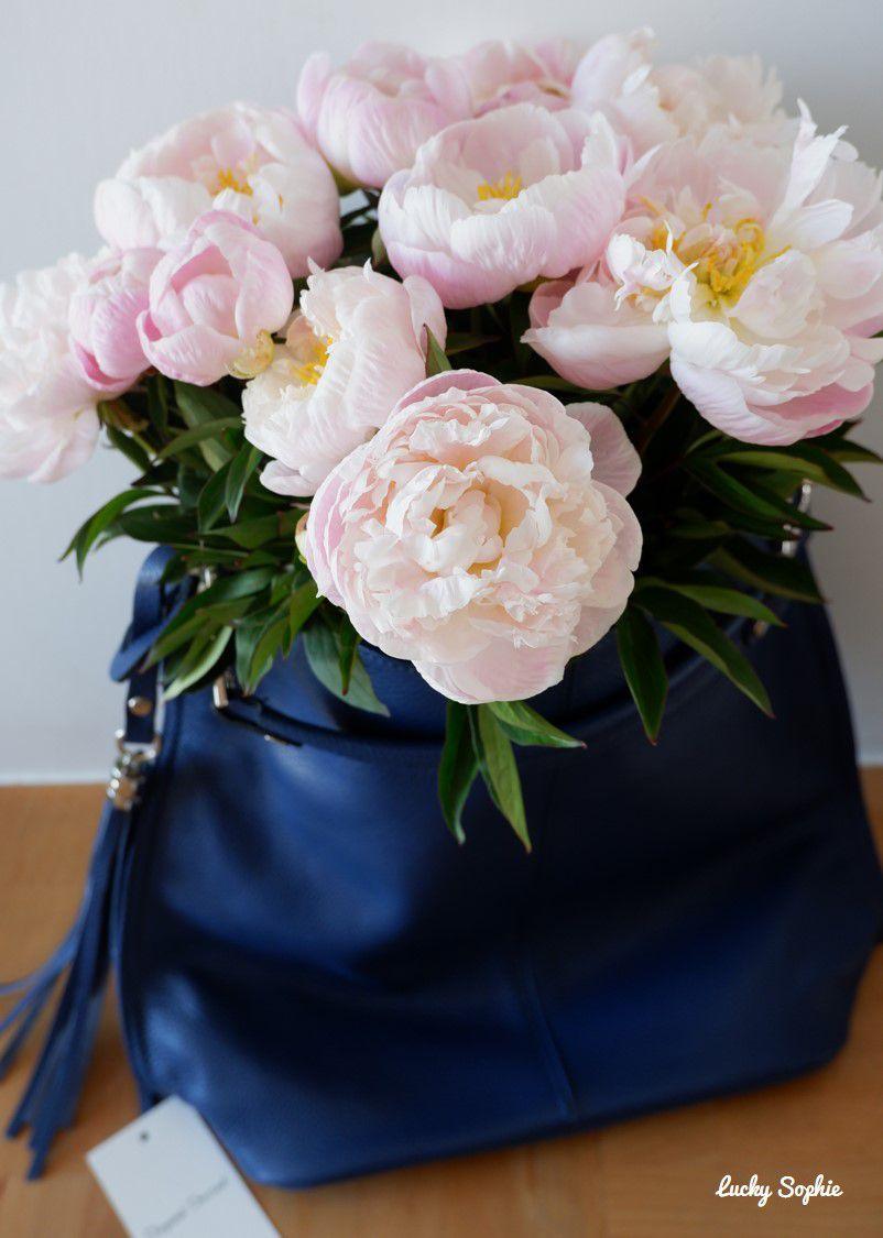 Complètement fan de mon nouveau sac à main en cuir très agréable à porter et de ce bouquet de pivoines qui embaument !