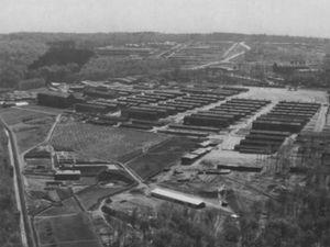 Photo de gauche: vue aérienne du camp de concentration de Buchenwald après la libération, fin avril 1945. Photo : Reconnaissance aérienne américaine. Archives Nationales de Washington .Photo de droite: entrée du camp de nos jours.Image Wikipedia et S.N