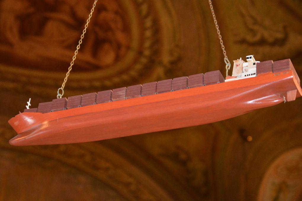 La chapelle Bonsecours et ses bateaux offerts en ex-voto par les marins.