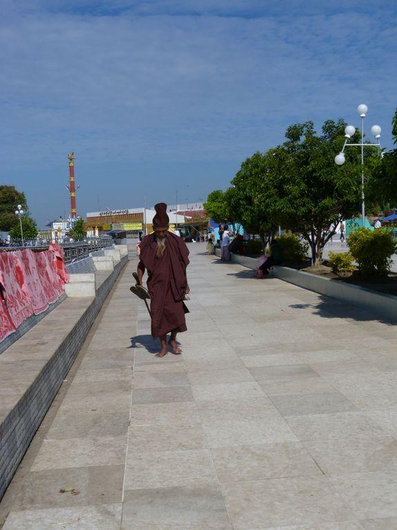 le 27 janvier dernier, nous quittons Yangon pour Kinpun, situé à 200 km. Le lendemain nous nous rendons sur le site du Rocher d'or.