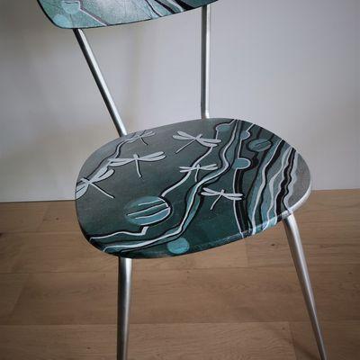 une chaise en formica transformée