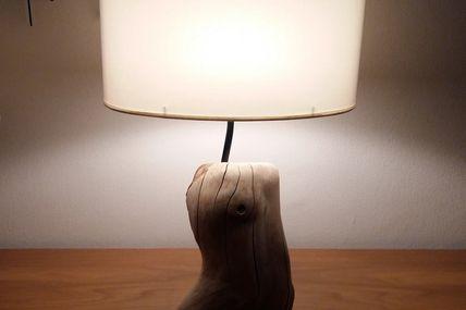 Jolie lampe en bois flotté très dur