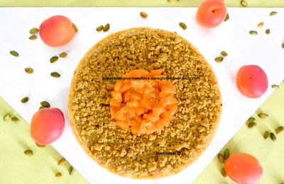 Tarte Abricot Pistache d'après Pierre Hermé : pâte brisée, abricots poêlés à la vanille, crème d'amande-pistache, streusel pistache