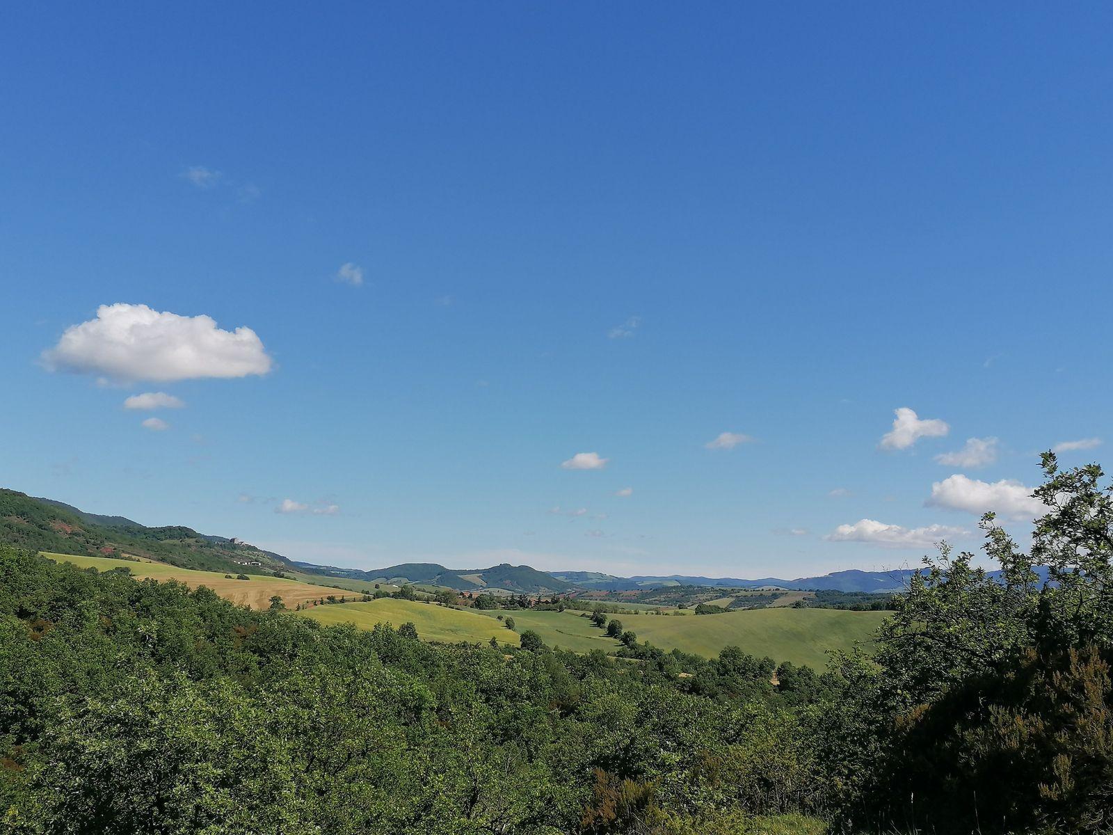 Ciel bleu sur le Château de Montaigut (Gissac) - juin 2021