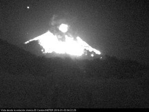 Momotombo - explosion du 3 janvier, respectivement à 04h22, 04h25, 04h27, et 04h43 locale - webcam station sismique El Cardon / Ineter - un clic pour ouvrir chaque photo.