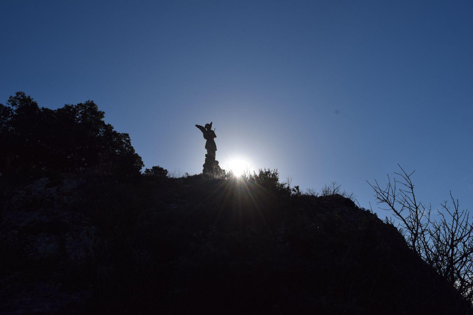 La statue de l'Archange Saint-Michel nous apparait enfin, elle domine à une altitude de 201 mètres le Rhône face au défilé de Donzère.