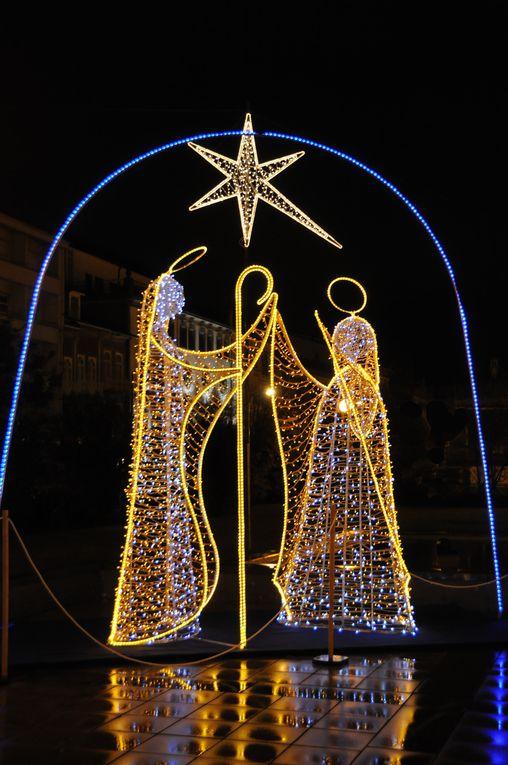 Décorations, sapins et gâteaux de Noël. Feliz Natal