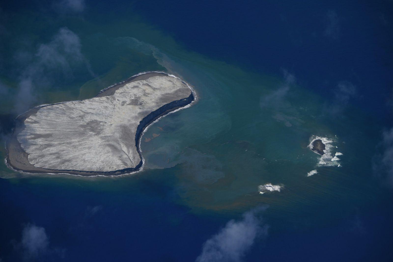Fukutoku Okanoba  - changements morphologiques dus à l'érosion le 26.08.2021 / 13h07 - photo Japan Coast Guards  - un clic pour agrandir
