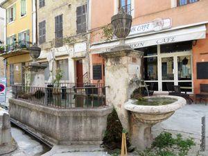 La fontaine double de la Grand-Rue (la rue est en travaux en ce début d'année)