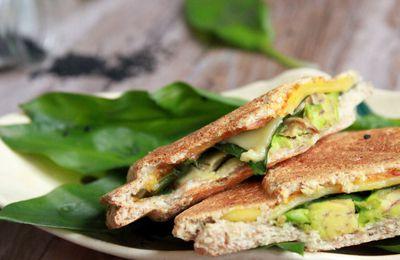 Sandwich grillé à l'ail des ours et au fromage vegan