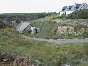 Pors Tarz et ses vestiges de viviers maçonnés, construits vers 1883, sur les grottes naturelles du site. Les pêcheurs pouvaient y conserver crabes, araignées de mer, homards etc...