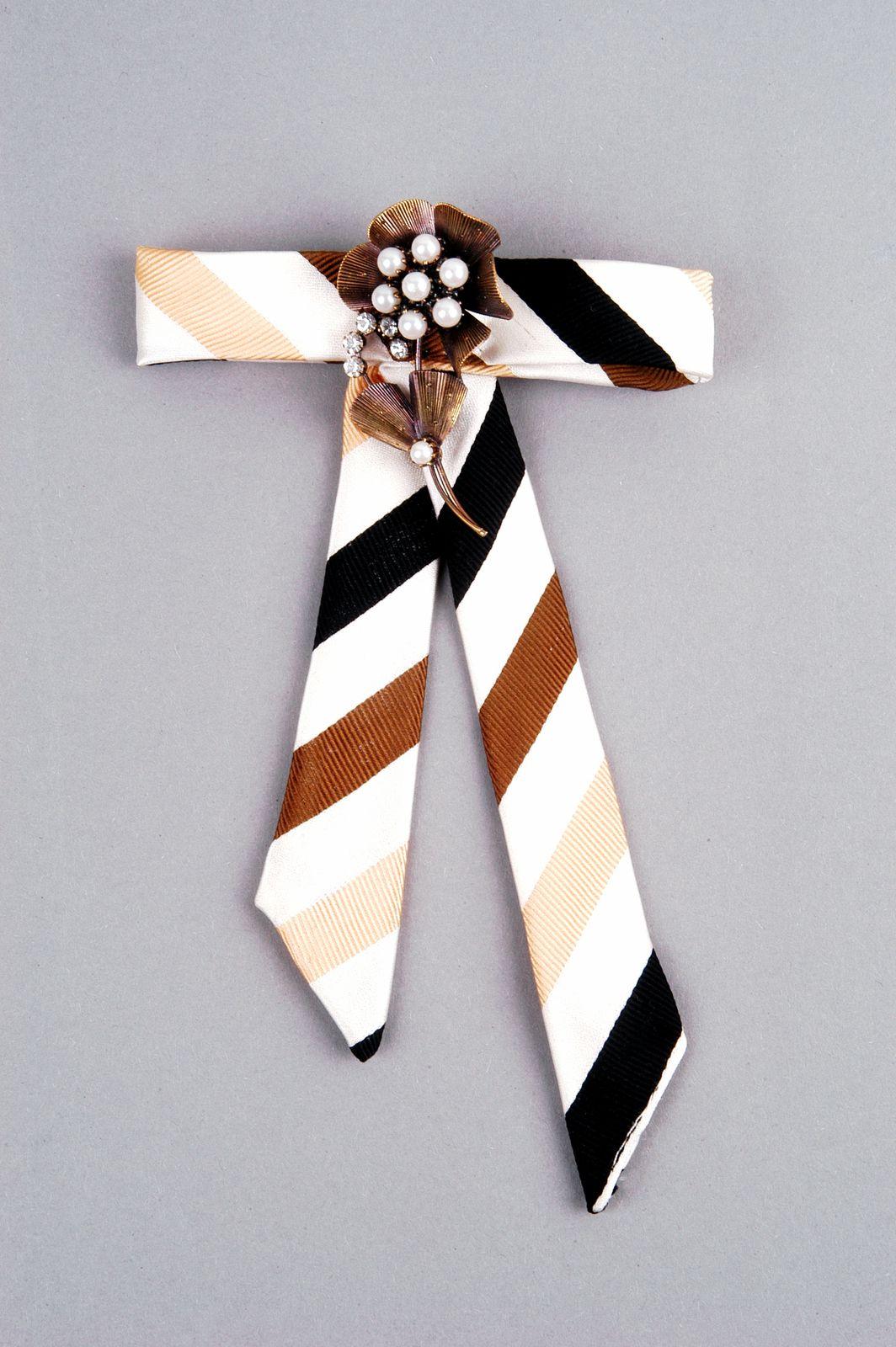 Aus oller Krawatte getüftelte kecke Schleife zum Anpinnen, aufgepimpt mit Flohmarkt-Brosche.