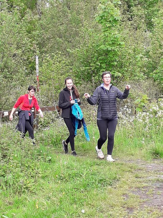 80 participants pour une balade de 11,5 km avec un zeste d'aventure en forêt, quelques glissades, une courte averse... Pas de photo de groupe, coronavirus oblige.