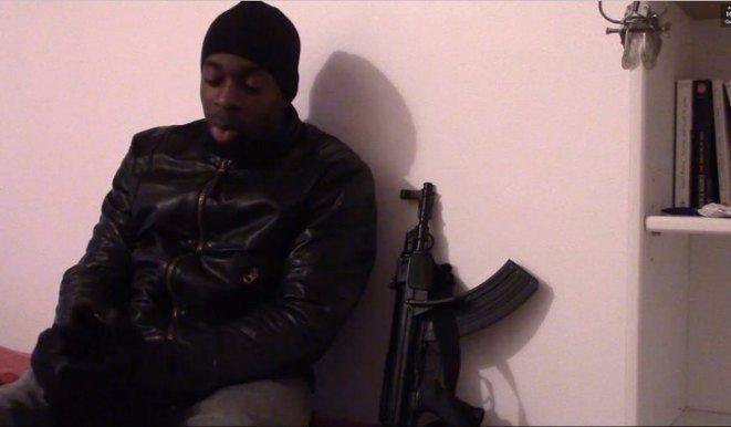 Amedy Coulibaly, et l'une de ses armes, dans une vidéo tournée juste avant la prise d'otages. © DR