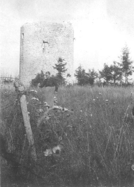 « Julienne » Rebequet Poittevin devant le moulin de Roucy après-guerre