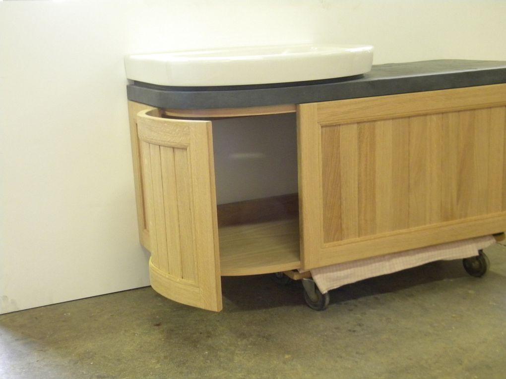 petit meuble de salle de bain avant pose (photo en atelier) - en chêne massif (frise bateau) finition vernis. Tablette du dessus MDF hydro plaqué pierre naturelle véritable (ardoise - finition vernis). 1 porte à tambour et 1 tiroir (finition blanc soie)