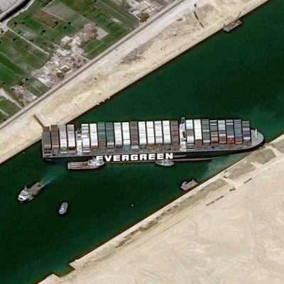 Le porte-conteneurs Ever Given vu par le satellite Pleiades: une image iconique de la mondialisation?