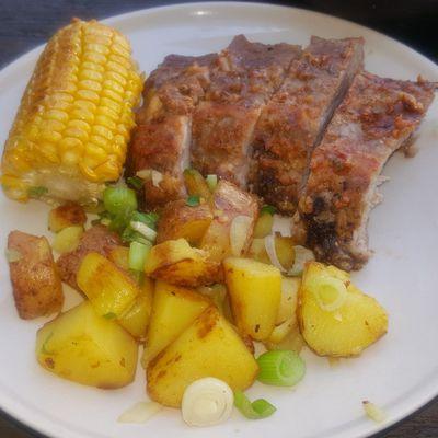 Spare ribs, pommes sautées et maïs.