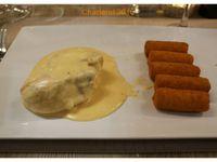 Mon repas : asperges à la nordique, filet de volaille sauce Antoine avec purée gratinée, panna cotta au caramel.