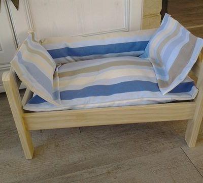 lit bois et coussins pour chiens et chats.