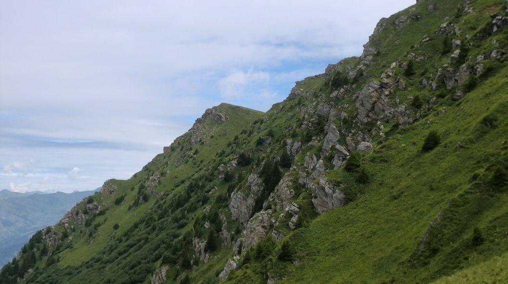 A hauteur du Crêtet du Gollet (2186 m). La face ouest du Crève Tête est la plus escarpée.  Le sommet est proche mais il reste tout de même plus de 150 m de dénivelé à gravir...