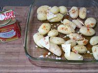 1 - Mettre le four à préchauffer th 6,5 (200°). Peler, laver et essuyer les pommes de terre, les placer dans un plat allant au four, saler et poivrer. Peler, dégermer l'ail et le couper en petits morceaux, parsemer sur les pommes de terre. Ajouter le filet d'huile d'olive, le beurre en petits morceaux et saupoudrer de 2 ou 3 pincées de pimenton piquant (suivant les goûts). Mettre à cuire au four pour 35 à 40 mn environ.