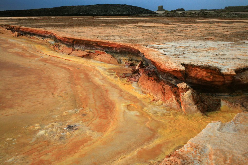 Situé dans le triangle afar, Dallol est le lieu de tous les extrêmes:chaleur,couleurs,odeurs,gaz. A voir !