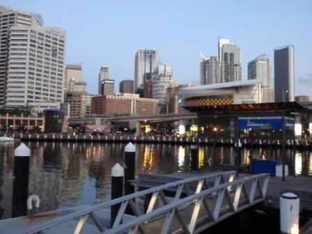 un coup de cœur, cela s explique peut être par l'ambiance de la ville, immense mais où on peut se déplacer facilement, pas de RER ou de Métro mais un beau tram sur rail suspendu, des parcs immenses, des beaux grattes ciels dignes des USA, les