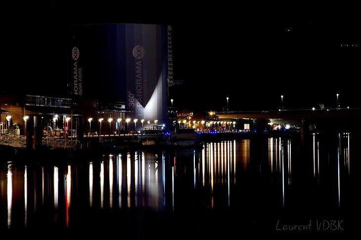 Les lumières des quais de Rouen se reflètent sur la Seine la nuit