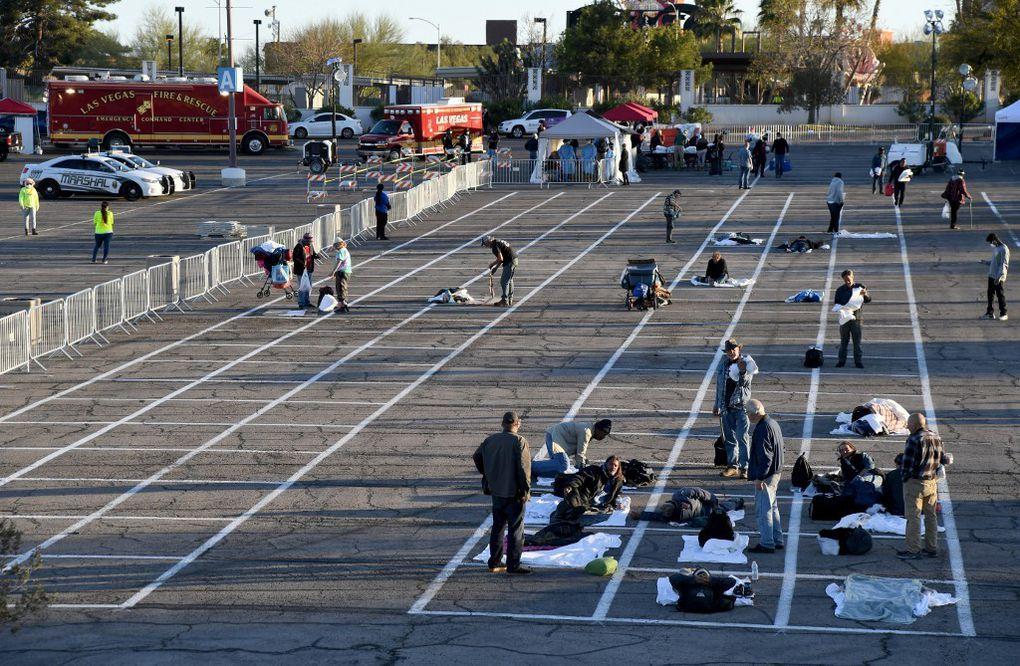 Des sans-abris de Las Vegas dorment espacés sur un parking: les photos qui choquent