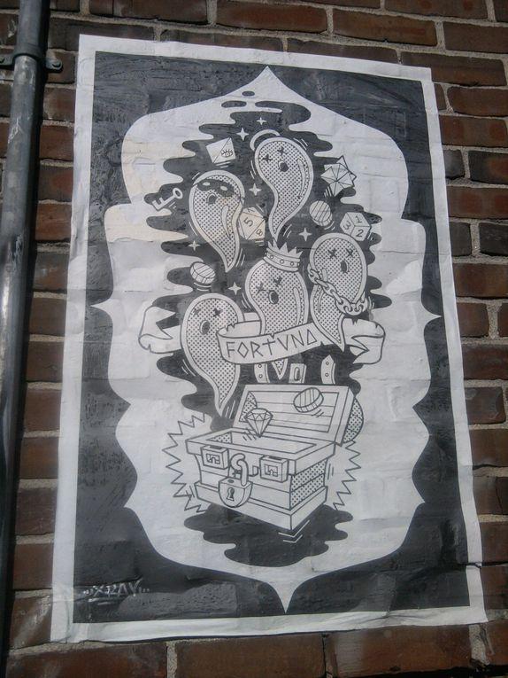 Des affiches en noir et blanc, une publicité...