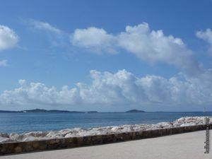 L'île du Grand Rouveau, bien visible avec son phare (à sa gauche les Embiez)