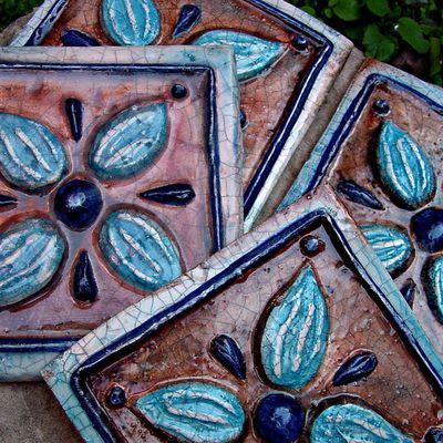 Azulejos artesanales, elaborados y decorados a mano.