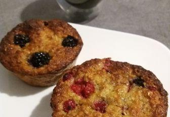Muffins aux bananes, flocons d'avoine et fruits rouges