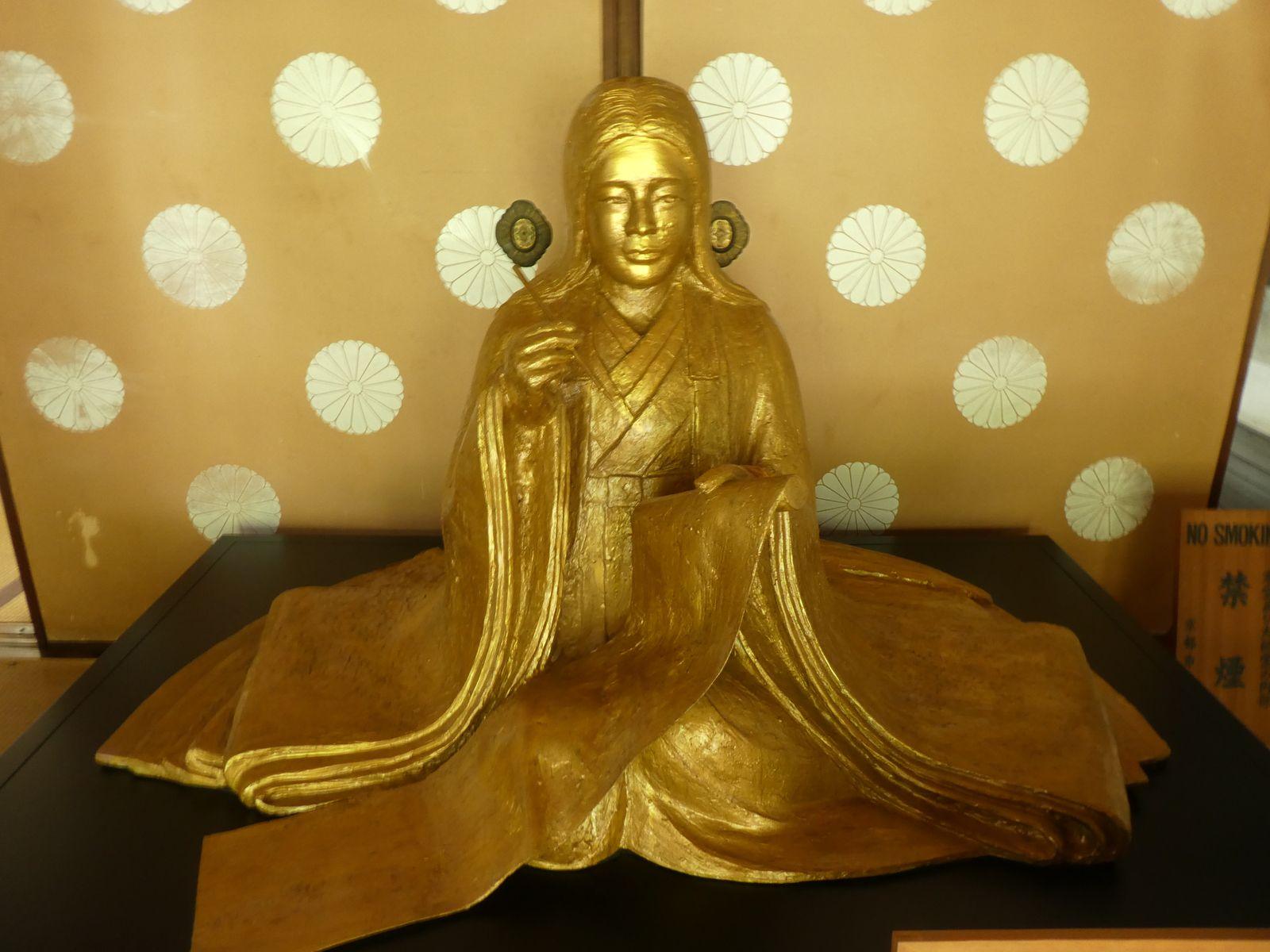 Sculpture de Murasaki Shikibu exposée dans l'entrée du temple