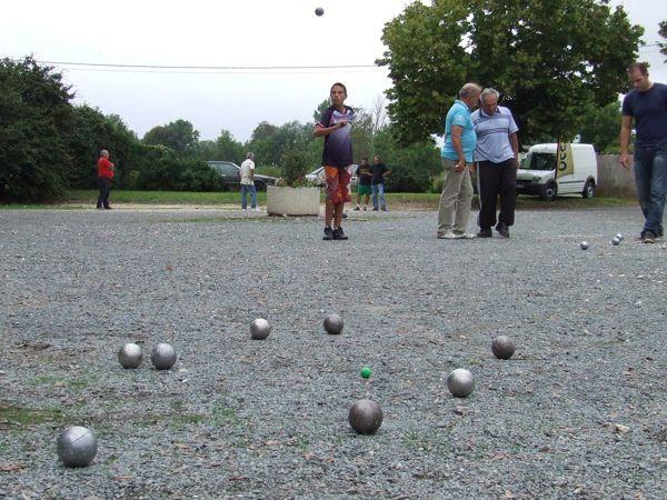 Concours organisé par le Foyer rural de La Vergne. 48 doublettes jouent quatre parties.