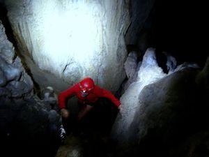 Du coup on a envie de grimper dans une petite grotte perchée par un boyau assez commode mais un peu glissant