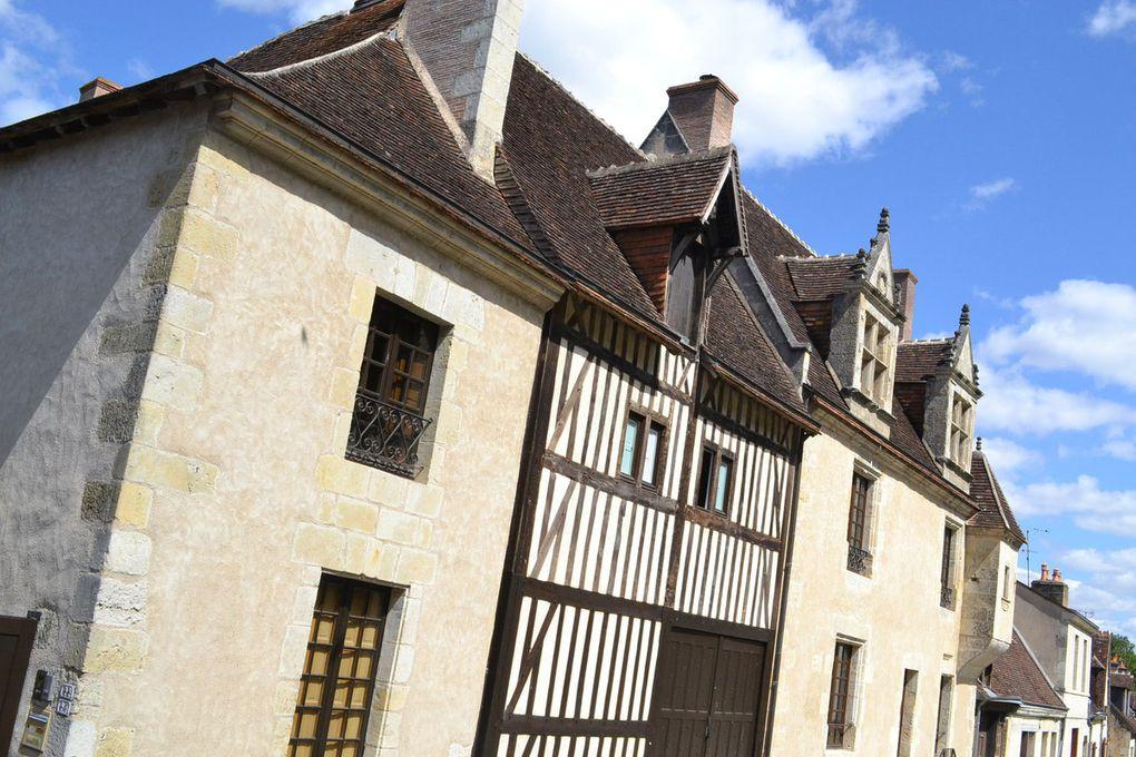 UN DES PLUS BEAU VILLAGE DE FRANCE : LAVARDIN  -           Un pont gothique enjambe le Loir pour accéder à ce village blotti au pied d'un château fort qui résista à l'assaut de Richard Cœur de Lion mais fut pris par les troupes d'Henri IV. On peut en admirer aujourd'hui les vestiges des enceintes et des tours et son donjon haut de vingt-six mètres. Dans le village, les styles et les époques se mélangent, des maisons troglodytiques aux demeures gothiques et Renaissance