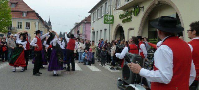 A différents endroits de la ville, simultanément les différentes formations animaient pour le plus grand plaisir des spectateurs